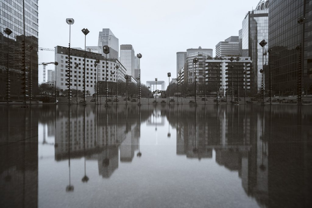 Esplanade de la Défense et reflet des immeubles dans le bassin de Takis. Photographie en ultraviolet réalisée par le photographe Pierre-Louis Ferrer, spécialiste en photographie dans l'ultraviolet et l'infrarouge.