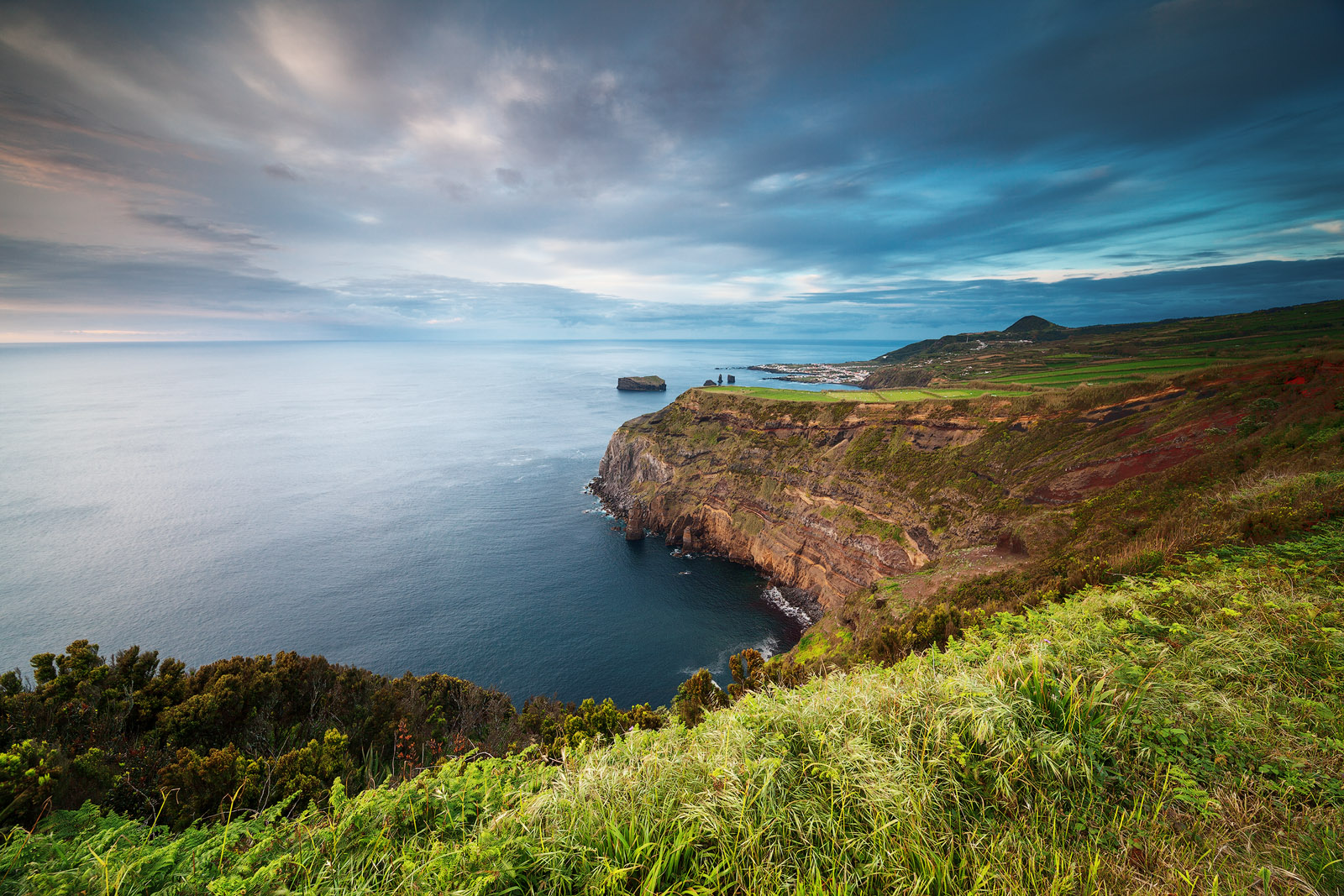 Côte de l'île de Saõ Miguel dans les Açores, réalisée avec l'objectif Laowa 12mm F/2.8 Zero-D