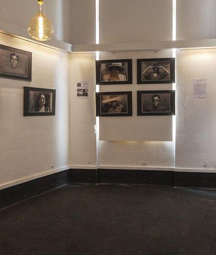 Salle d'exposition du collectif La Main lors de l'exposition Hail to the Sun organisée par le photographe Pierre-Louis Ferrer.