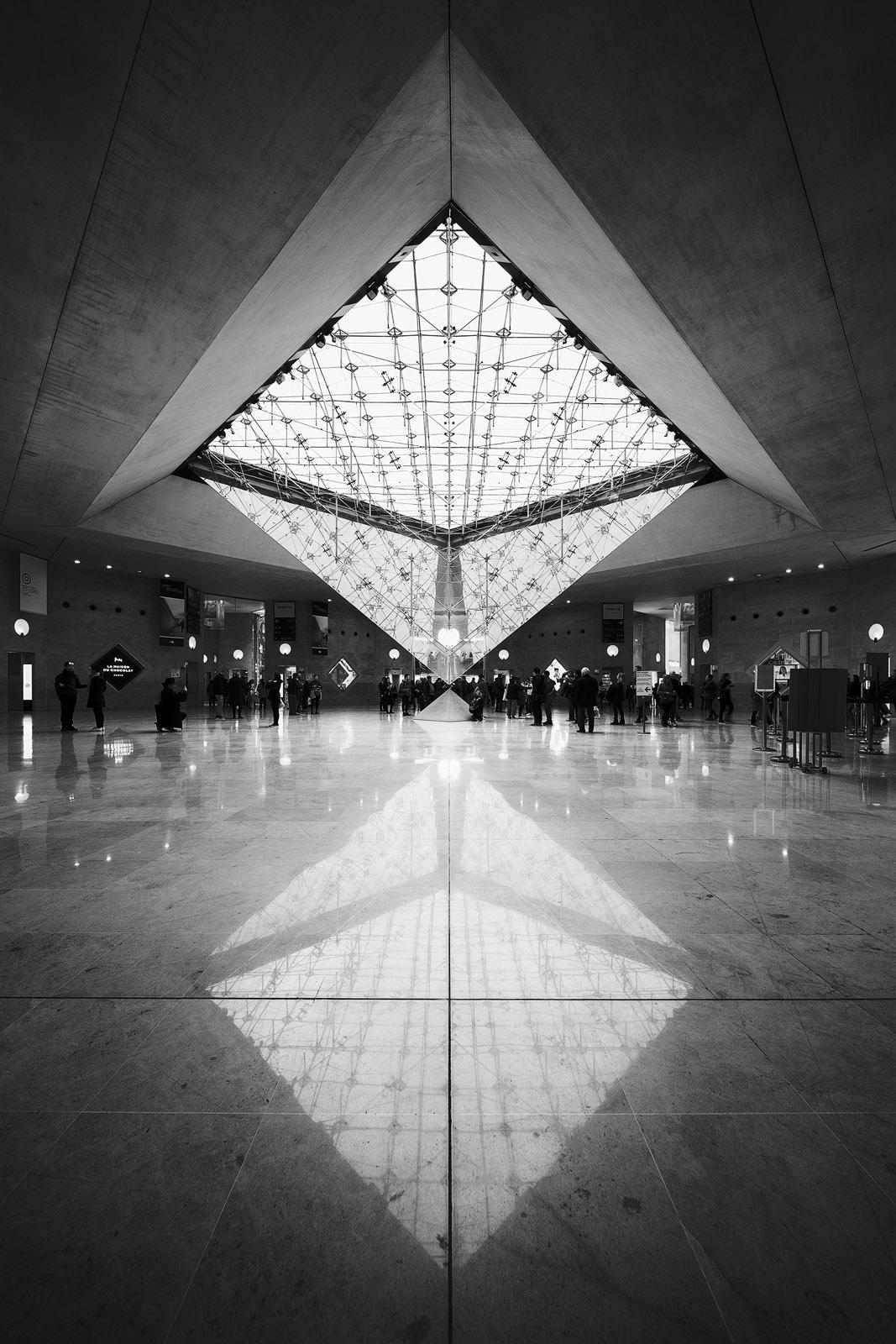 Pyramide inversée et son reflet sur le sol du Carrousel du Louvre à Paris, réalisée avec l'objectif Laowa 12mm F/2.8 Zero-D