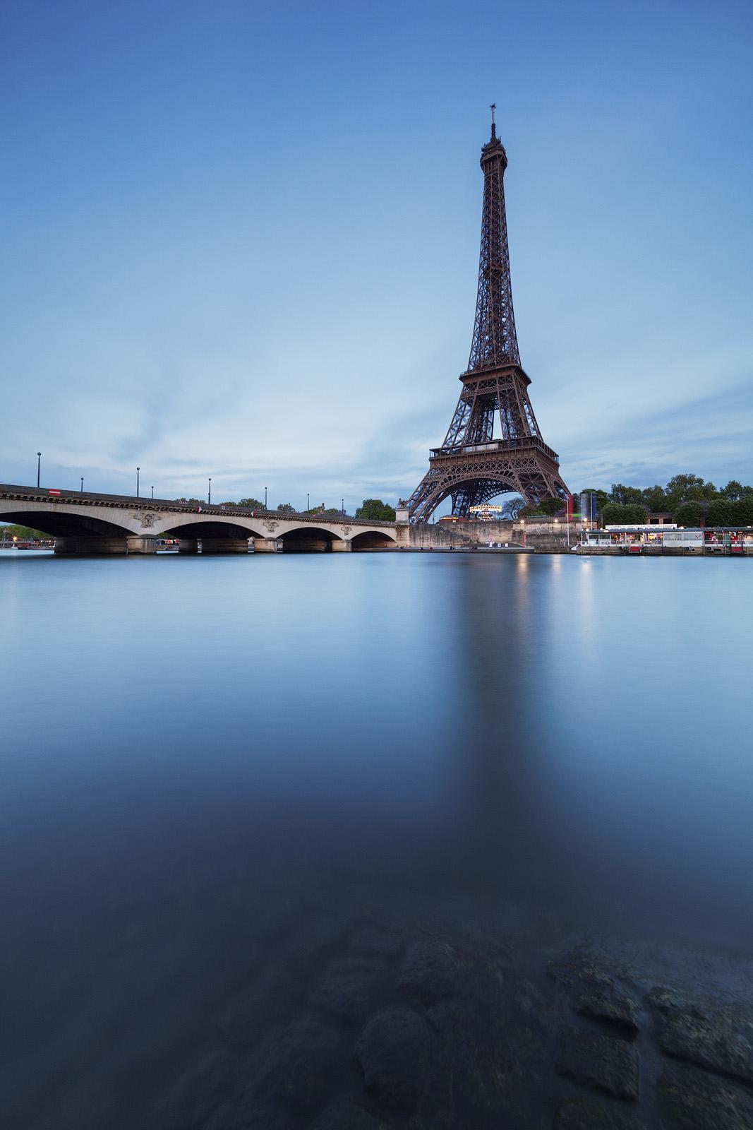 Pose longue face à la Tour Eiffel en fin de journée, réalisée avec l'objectif Laowa 12mm F/2.8 Zero-D