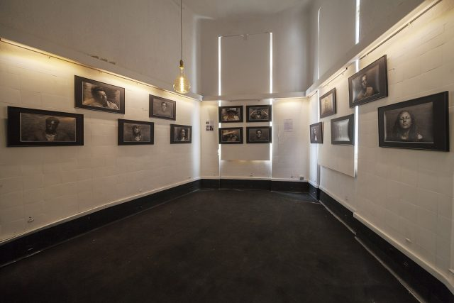 Salle d'expositions du collectif La Main durant l'exposition Hail to the Sun du photographe professionnel Pierre-Louis Ferrer.