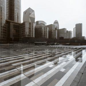 Fontaine d'Agam et reflets de l'esplanade de la Défense ultraviolette en photographie en ultraviolet, par Pierre-Louis Ferrer.