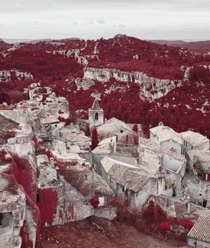 Vue du village des Baux de Provence depuis la forteresse. Photographie infrarouge en aerochrome réalisée par Pierre-Louis Ferrer.