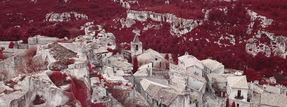 Panoramas des Baux-de-Provence en aerochrome numérique par Pierre-Louis Ferrer.