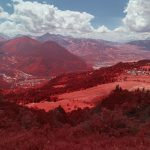 Panorama depuis le chemin de randonnée vers le lac de Pormenaz dans la réserve naturelle de Passy en Savoie. Photographie infrarouge, aerochrome numérique de Pierre-Louis Ferrer.
