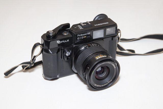Virage argentique. Boitier FUJI GSW690II, appareil photo argentique moyen format au rapport 6x9.