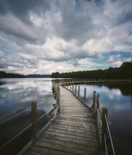 Virage argentique. Photographie argentique réalisée à l'aide du sténopé Zero 2000 sur une pellicule Ektar 100. Passerelle du lac des Settons.