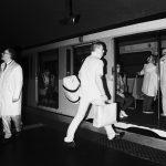 Photographie issue de série Underground de Pierre-Louis Ferrer, réalisée au flash infrarouge. Photographie de rue à la station de métro Etoile à Paris montrant une silhouette d'homme courant pour entrer dans une rame de métro.