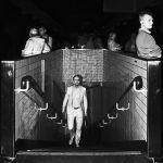 Photographie issue de série Underground de Pierre-Louis Ferrer, réalisée au flash infrarouge. Photographie de rue à la station de métro Motte-Picquet à Paris montrant une silhouette d'homme montant un escalier.