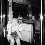 Photographie issue de série Underground de Pierre-Louis Ferrer, réalisée au flash infrarouge. Photographie de rue à la station de métro Assemblée nationale à Paris montrant une silhouette de femme se cachant les yeux.
