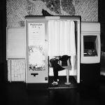 Photographie issue de série Underground de Pierre-Louis Ferrer, réalisée au flash infrarouge. Photographie de rue à la station de métro Notre-Dame à Paris montrant une silhouette de femme dans un photomaton.