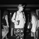 Photographie issue de série Underground de Pierre-Louis Ferrer, réalisée au flash infrarouge. Photographie de rue à la station de métro Etoile à Paris montrant un voyageur sortant du métro avec une canette de bière.