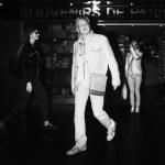 Photographie issue de série Underground de Pierre-Louis Ferrer, réalisée au flash infrarouge. Photographie de rue à la station de métro Trocadéro à Paris montrant des silhouettes errant dans l'obscurité.