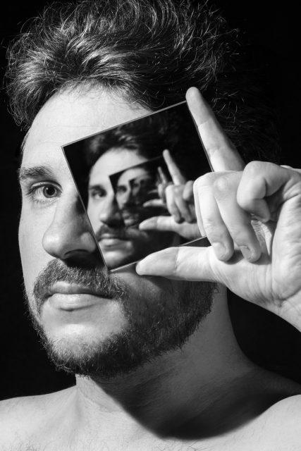 Autoportrait du photographe professionnel Pierre-Louis Ferrer illustrant son à propos.