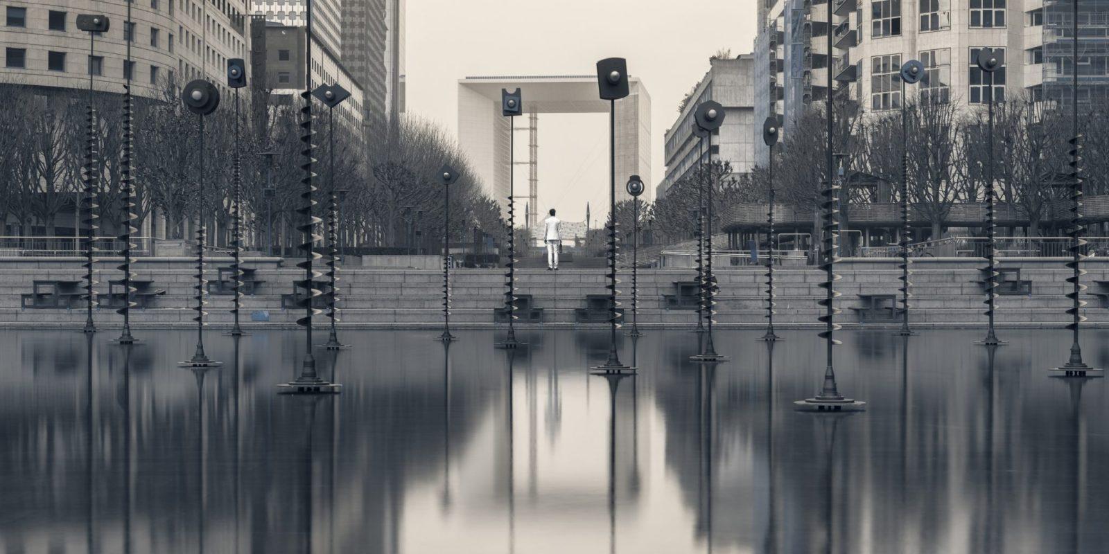 Jeune homme en costume perdu dans un environnment urbain. Photographie en ultraviolet issue de la série Echo Urbain et réalisée par le photographe Pierre-Louis Ferrer, spécialiste en photographie dans l'ultraviolet et l'infrarouge.
