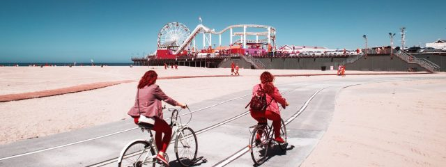 Promenade de Venice Beach avec le pier de Santa Monica et sa grande roue en arrière plan, à Los Angeles au Canon RP par Pierre-Louis Ferrer.