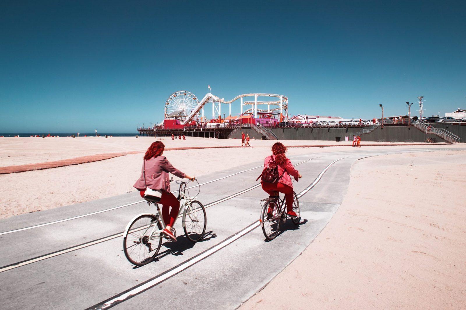 Promenade de Venice Beach, Los Angeles. Photographie infrarouge, aérochrome numérique, réalisée par le photographe Pierre-Louis Ferrer, spécialiste en photographie dans l'ultraviolet et l'infrarouge.