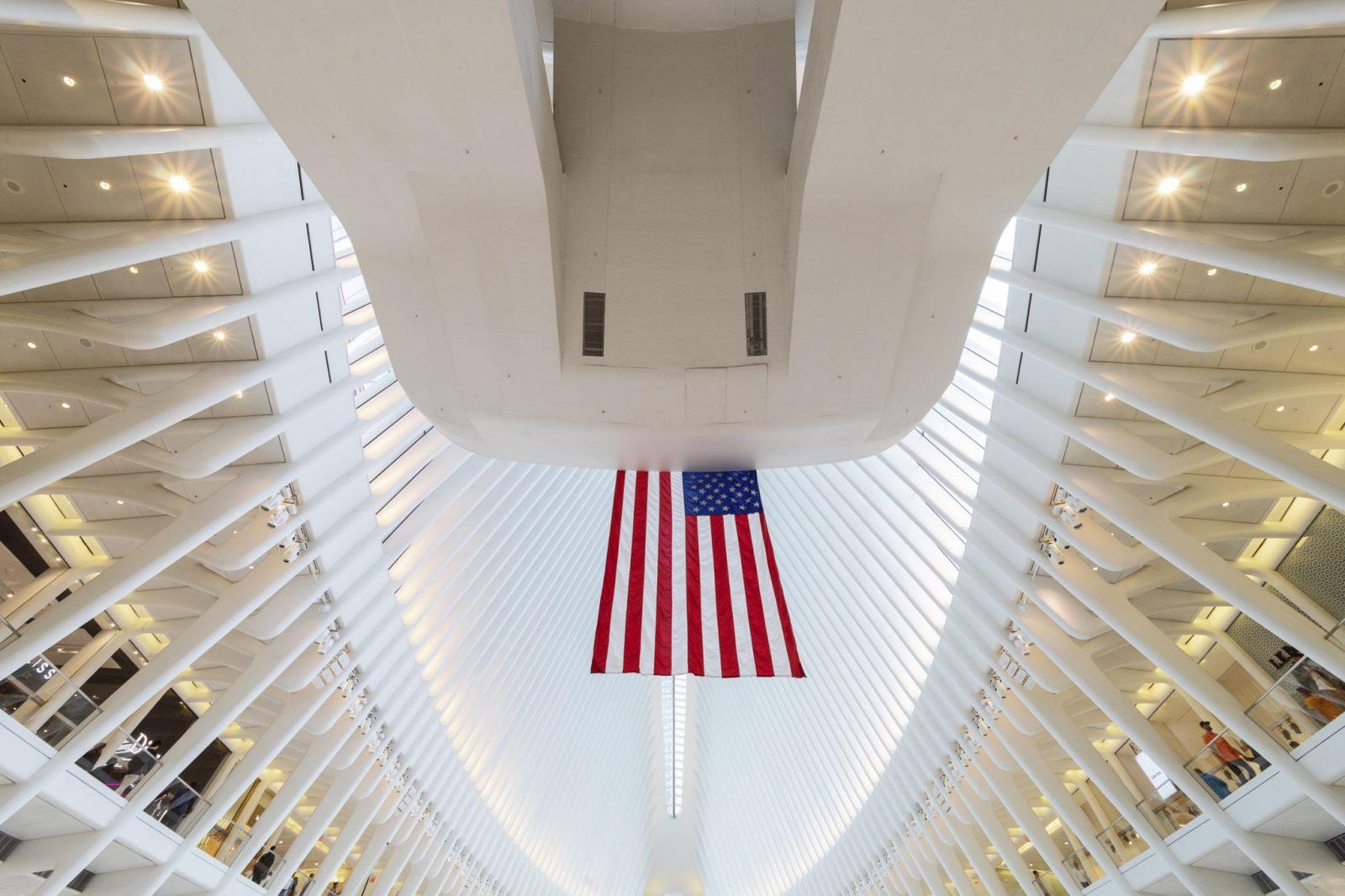 Intérieur de la gare du World Trade Center à New York et drapeau américain. Photographie d'architecture réalisée par le photographe Pierre-Louis Ferrer, spécialiste en photographie dans l'ultraviolet et l'infrarouge.
