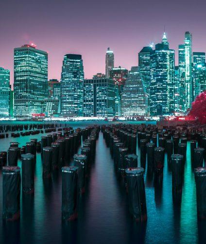 Panorama de Manhattan de nuit depuis les berges de Brooklin, New York. Photographie infrarouge, aérochrome numérique, réalisée par le photographe Pierre-Louis Ferrer, spécialiste en photographie dans l'ultraviolet et l'infrarouge.