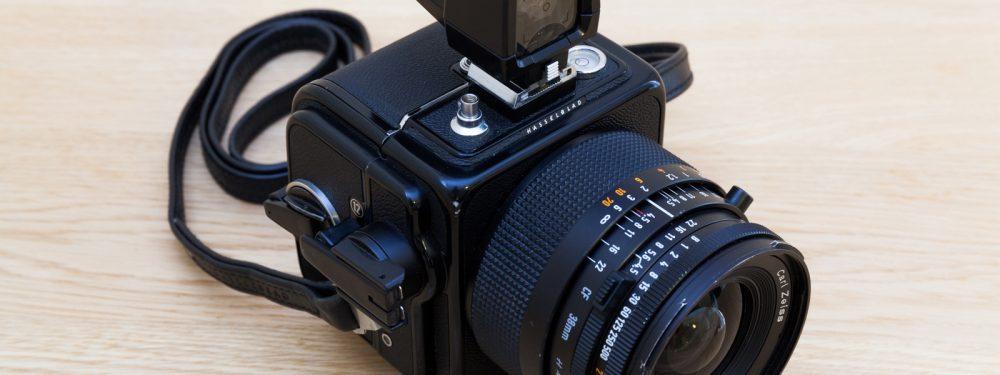 """En-tête de l'article """"Hasselblad SWC/M"""" du blog du photographe Pierre-Louis Ferrer, spécialiste en photographie dans l'ultraviolet et l'infrarouge."""