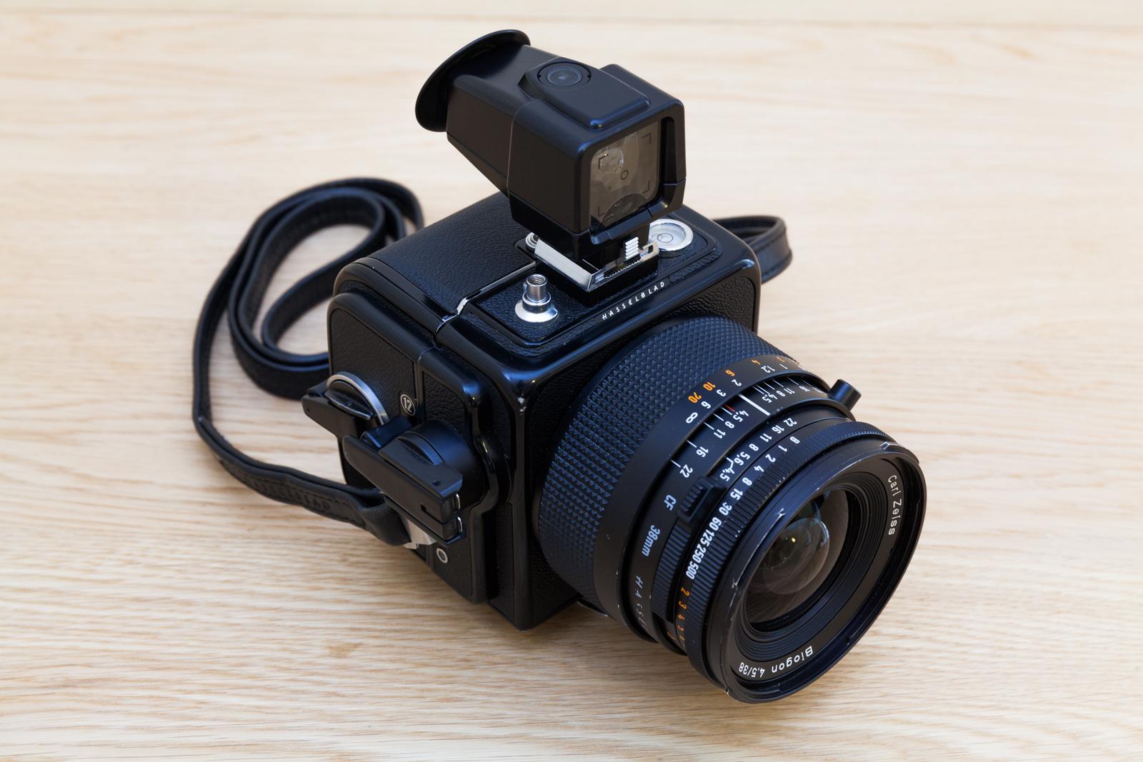 Vue générale du Hasselblad SWC/M, appareil photo moyen-format argentique au format 6x6.