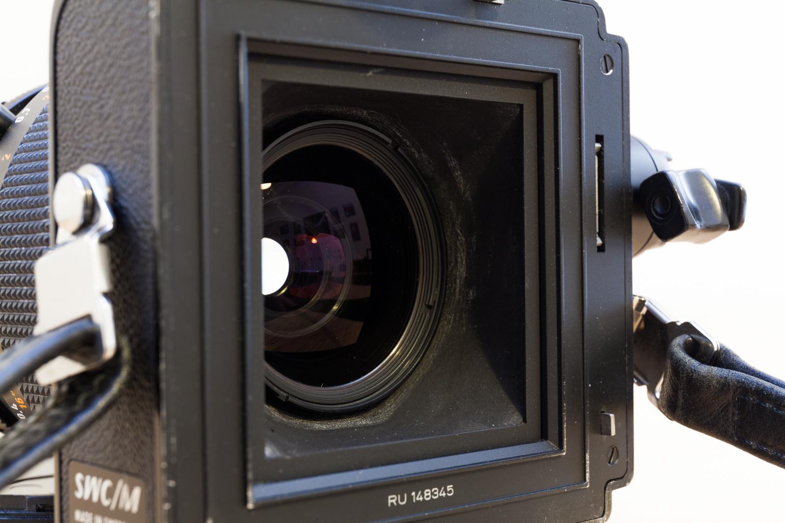 Vue de la lentille de sortie du Zeiss Biogon 38mm F/4.5 du moyen-format argentique Hasselblad SWC/M.