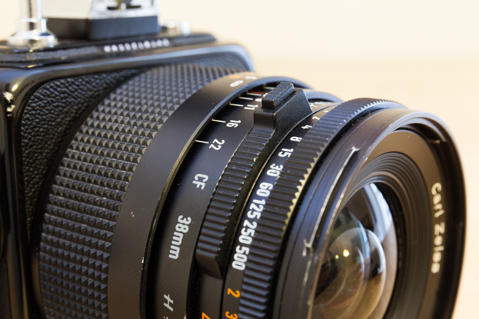 Molette de synchronisation ouverture et vitesse de l'objectif Biogon 38mm F/4.5 du moyen-format argentique Hasselblad SWC/M.