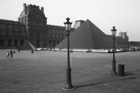 Parvis du musée du Louvre et pyramide noire. Photographie en ultraviolet réalisée par le photographe Pierre-Louis Ferrer, spécialiste en photographie dans l'ultraviolet et l'infrarouge.