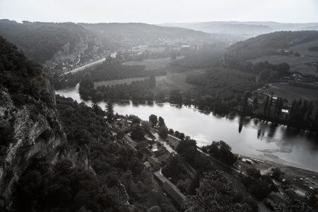 Panorama de la vallée de la Dordogne depuis le bélédère des jardins de Marqueyssac. Photographie en ultraviolet réalisée par le photographe Pierre-Louis Ferrer, spécialiste en photographie dans l'ultraviolet et l'infrarouge.