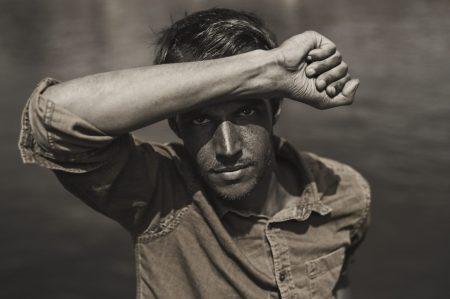 Portrait en ultraviolet issue de la série Hail to the Sun et réalisée par le photographe Pierre-Louis Ferrer, spécialiste en photographie dans l'ultraviolet et l'infrarouge.